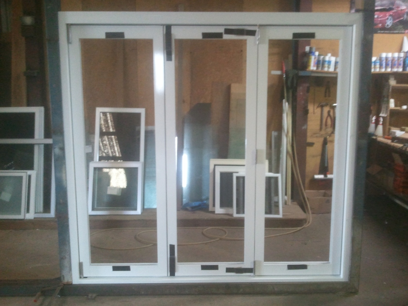 White aluminium 3-panel bifold window