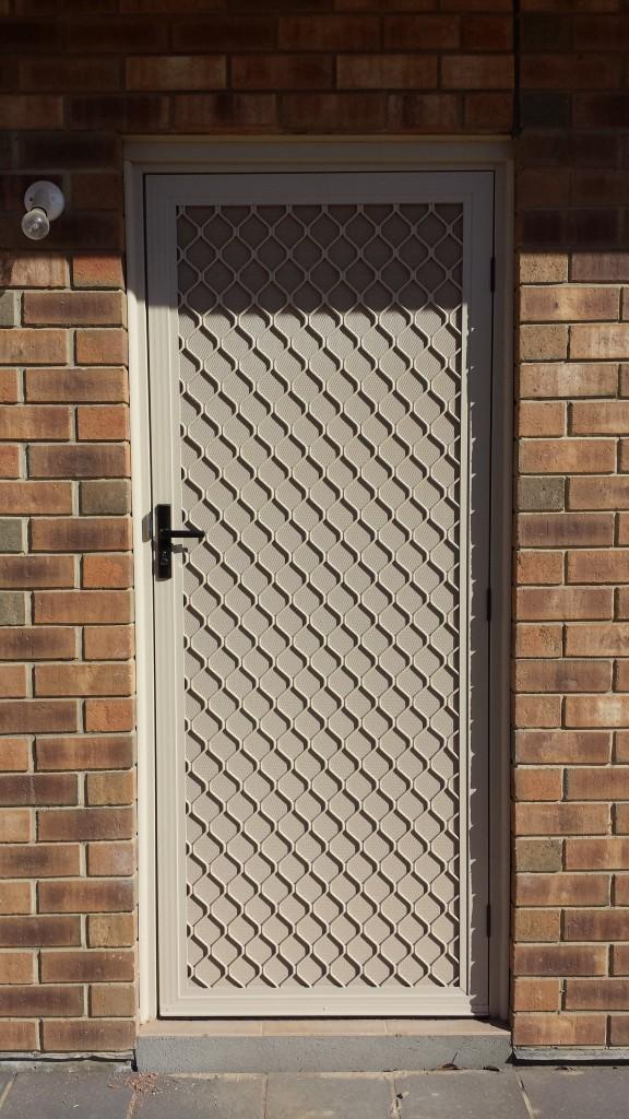 Diamond grille + Restricted vision mesh door. Primrose.