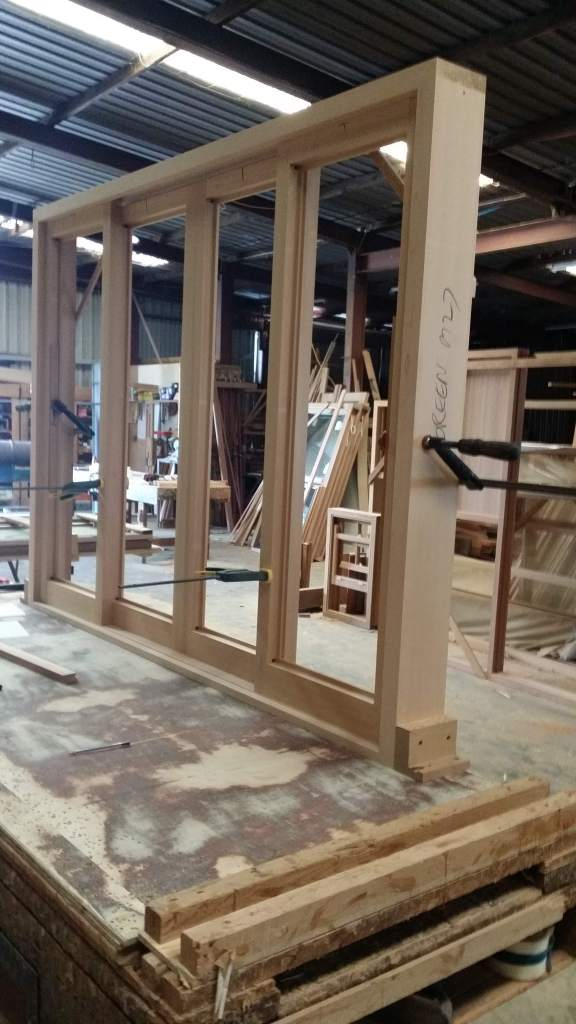 Sliding window in cedar, with 2 sliding sashes in the middle.